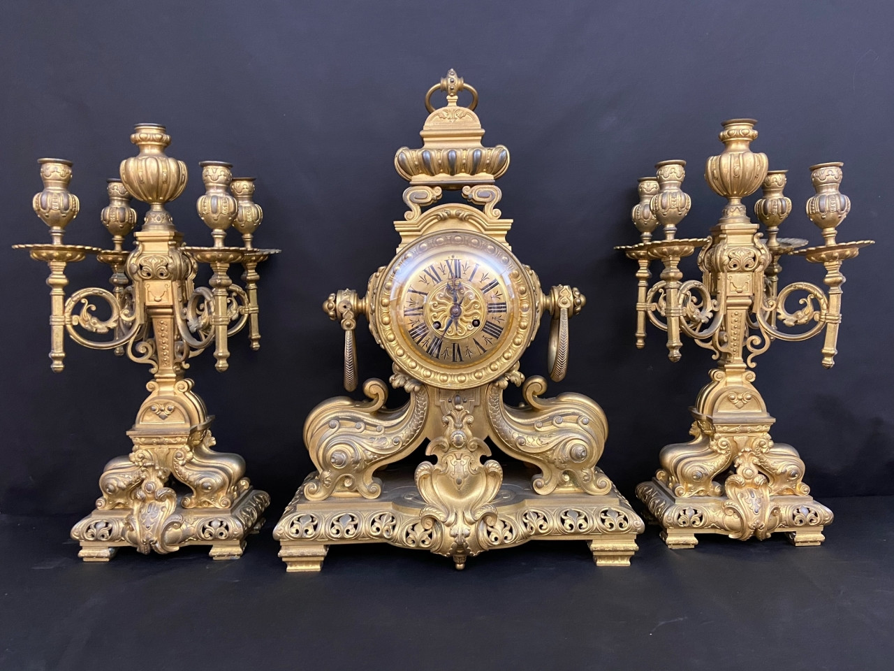 Orologio e candelieri in bronzo dorato del 800 - Antichità Ioviero