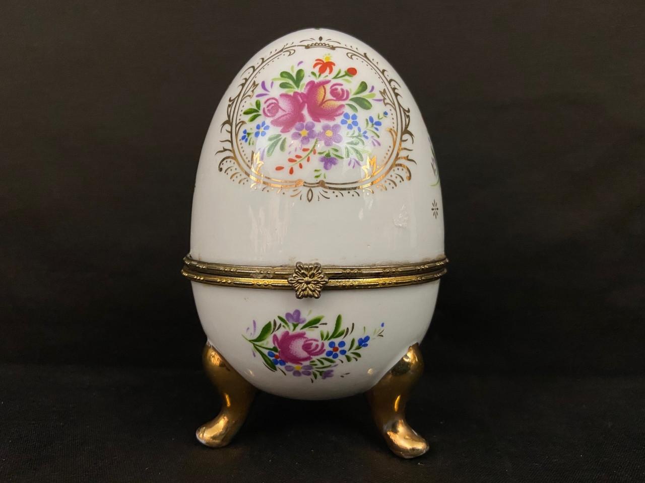 uovo in porcellana all'interno un orologio dorato - Antichità Ioviero