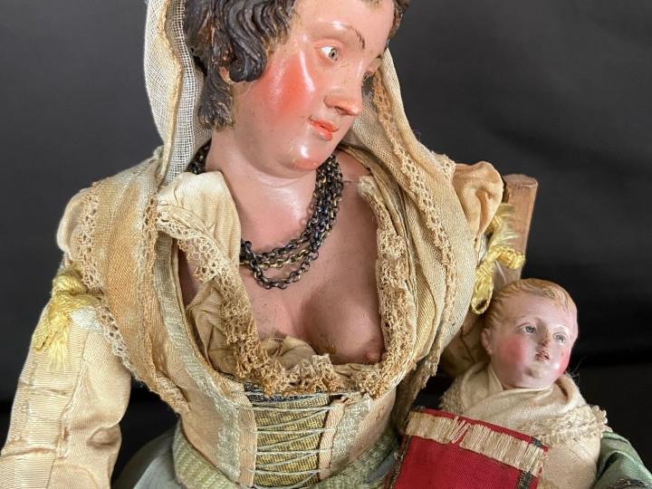 Nobildonna che allatta il bambino da presepe - Antichità Ioviero
