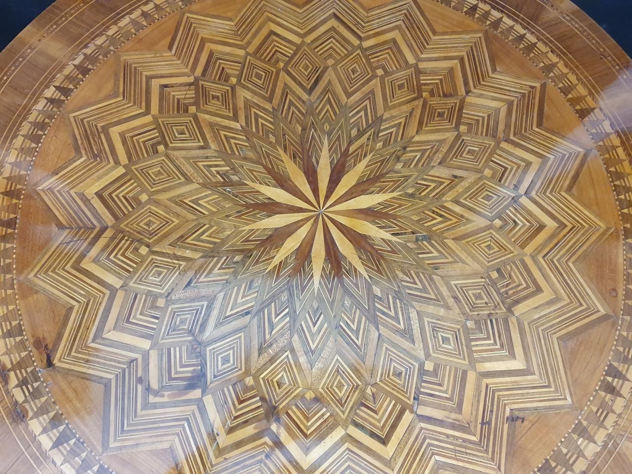tavolo-tondo in noce con intarsi del 800 - Antichità Ioviero